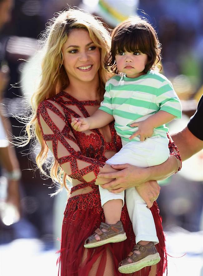 שאקירה מחזיקה את בנה המתוק מילאן, שלא מבין למה אמא שלו לבושה ככה (gettyimages)