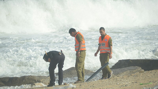 Security forces searching for Hamas UAV (Photo: Avi Rokach)