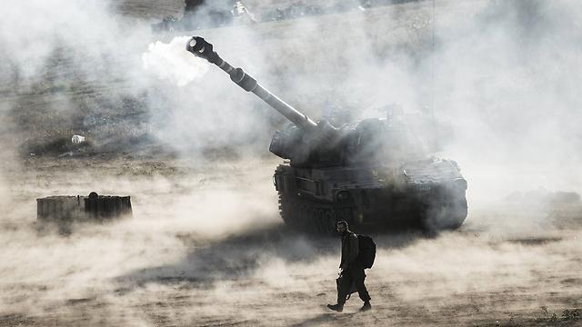 """ירי ארטילרי של צה""""ל לרצועת עזה (צילום: גטי אימג') (צילום: גטי אימג')"""