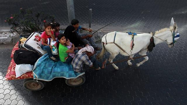 מגיעים עם עגלה רתומה לחמור (צילום: EPA) (צילום: EPA)