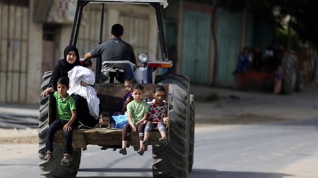 משפחה בצפון רצועת עזה (צילום: AP) (צילום: AP)