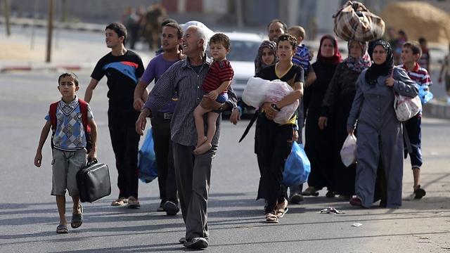 משפחה פלסטינית בדרכה למקלט בעזה (צילום: AFP) (צילום: AFP)