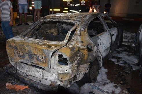 רכב שעלה באש אחרי פגיעת רקטה ליד מלון באילת  (צילום: מאיר אוחיון) (צילום: מאיר אוחיון)
