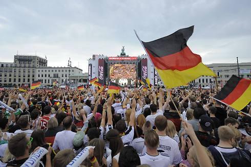מאות אלפי אוהדי גרמניה התייצבו לחגיגות בברלין (צילום: AFP) (צילום: AFP)