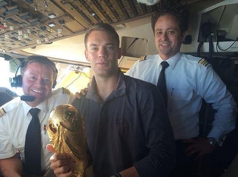 מנואל נוייר עם הגביע במטוס (צילום מסך: טוויטר) (צילום מסך: טוויטר)