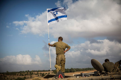 נוצרים אש? חיילים בגבול הרצועה אחרי שישראל קיבלה את מתווה הפסקת האש (צילום: gettyimages) (צילום: gettyimages)