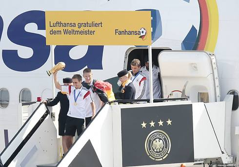 הגביע נוחת על אדמת גרמניה (צילום: AP) (צילום: AP)