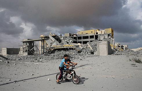 ילדים פלסטינים בין הריסות בתים ברפיח (צילום: רויטרס) (צילום: רויטרס)