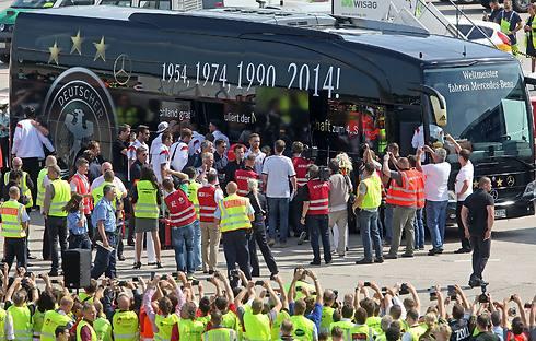 אוטבוס הנבחרת כבר הספיק להתעדכן על כמות הזכיות בגביע (צילום: gettyimages) (צילום: gettyimages)