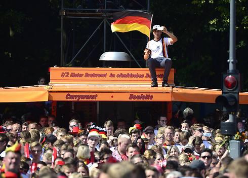 האוהדים יעשו הכול כדי לראות את השחקנים (צילום: AFP) (צילום: AFP)