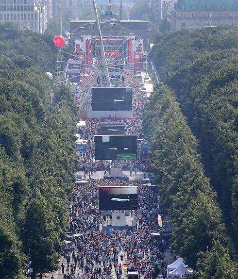 שער ברנדנבורג מוצף במאות אלפי אוהדי הנבחרת  (צילום: AP) (צילום: AP)