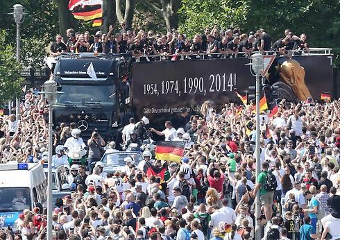 האוטובוס עובר בברלין (צילום: AFP) (צילום: AFP)