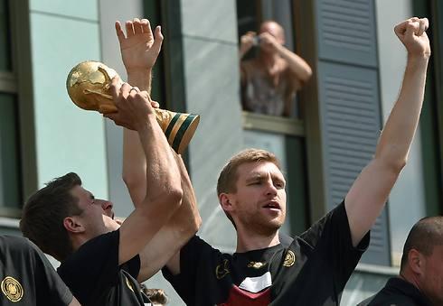 מרטזאקר ומולר חוגגים עם הגביע (צילום: AFP) (צילום: AFP)