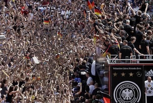 מאות אלפים בברלין חוגגים יחד עם השחקנים (צילום: AP) (צילום: AP)