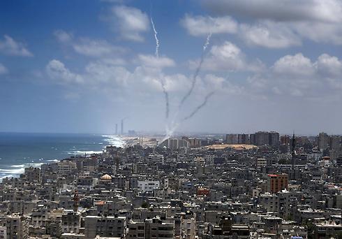 שיגורים מרצועת עזה לכיוון ישראל (צילום: AFP) (צילום: AFP)
