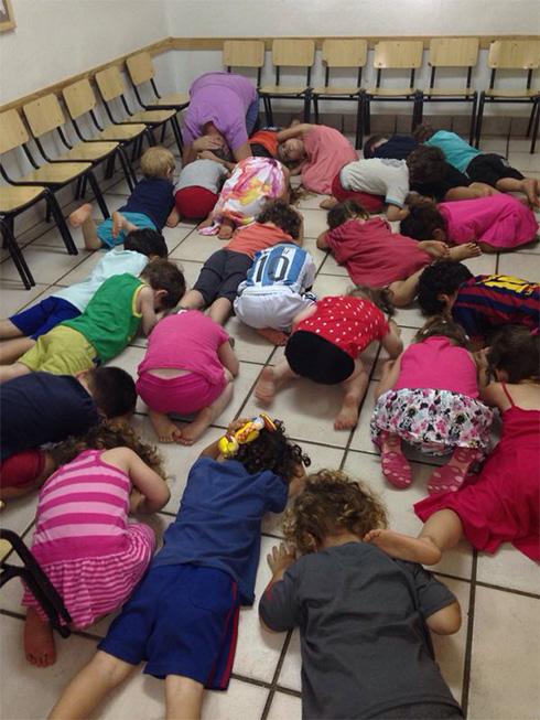 ילדים בזמן אזעקה בגן בהוד השרון ()