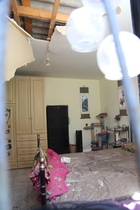 הבית שנפגע בכפר שלם.אישה אחת נתקפה בחרדה (צילום: מוטי קמחי) (צילום: מוטי קמחי)