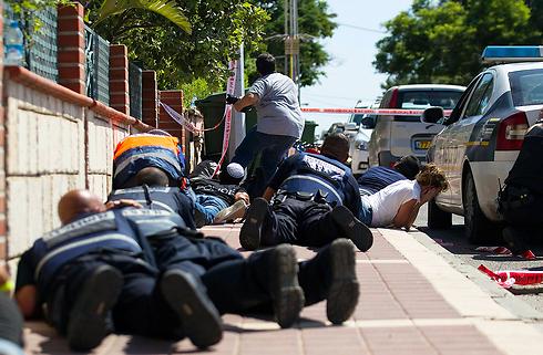 משתטחים בעת אזעקה באשקלון (צילום: רויטרס) (צילום: רויטרס)