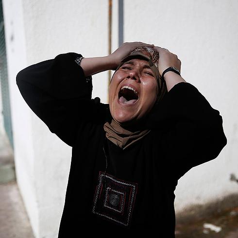 """אם אחד הילדים שנהרגו לטענת הפלסטינים בתקיפת צה""""ל (צילום: רויטרס) (צילום: רויטרס)"""