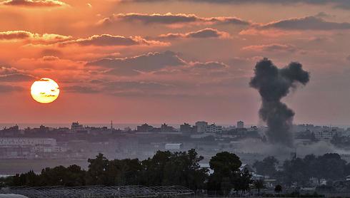 תקיפה ברצועה, בערב שבו הודיעה ישראל שהסכימה לנצור אש ל-5 שעות (צילום: AFP) (צילום: AFP)