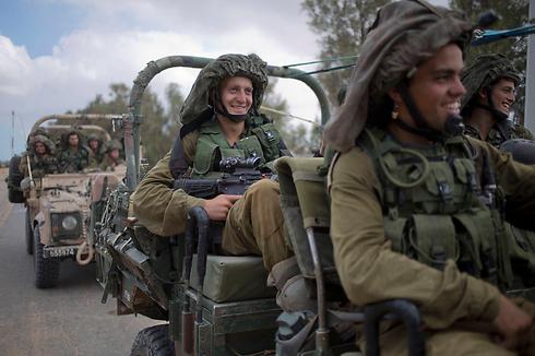 חיילים עדיין בכוננות לכניסה קרקעית (צילום: AP) (צילום: AP)