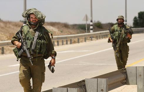 """היערכות חיילי צה""""ל בגבול הרצועה (צילום: עידו ארז) (צילום: עידו ארז)"""