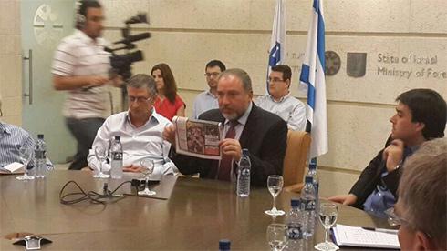 ליברמן מציג את התמונה בתדרוך השגרירים       ()