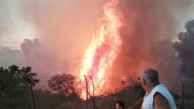 שריפה בעקבות נפילת רקטה במועצה האזורית יואב (צילום: יהודה נובוגרוצקי) (צילום: יהודה נובוגרוצקי)