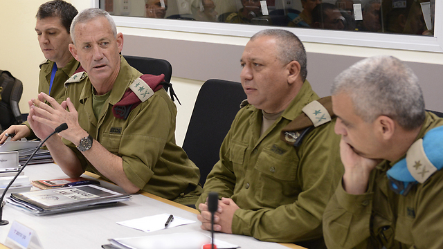 IDF chief of staff Benny Gantz holding a situation assessment before the ground offensive (Photo: IDF Spokesman)