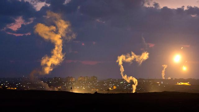 """""""ההפצצות הפכו את השמיים לאדומים"""" (צילום: EPA) (צילום: EPA)"""