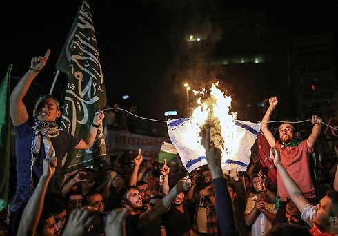 Protesters burn Israeli flag outside consulate (Photo: AP)