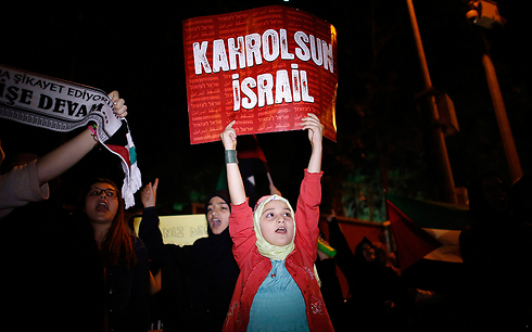 Protests outside Israeli consulate in Istanbul (Photo: Reuters)