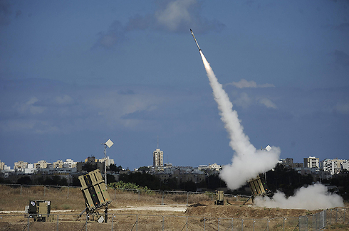 """סוללת כיפת ברזל במבצע """"צוק איתן"""" (צילום: AFP)"""