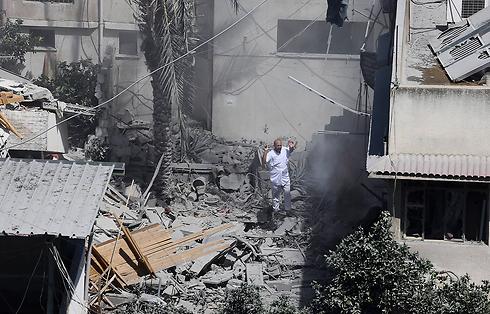 הריסות בעזה אחרי גל התקיפות הלילי במקביל לכניסה הקרקעית (צילום: AP) (צילום: AP)