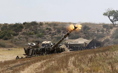 """צה""""ל יורה בגבול עזה (צילום: gettyimages) (צילום: gettyimages)"""