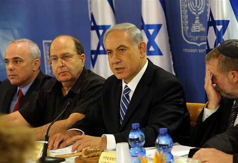Netanyahu with defense and intelligence ministers (Photo: Tzvika Tishler)