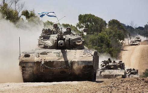 """טנק צה""""ל בגבול רצועת עזה, היום (צילום: AFP) (צילום: AFP)"""