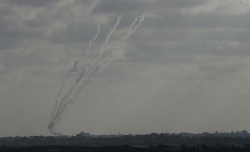 שיגור רקטות מרצועת עזה לישראל (צילום: עידו ארז) (צילום: עידו ארז)