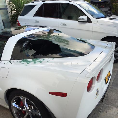 מכונית קורבט שנפגעה מרסיסי רקטה באשדוד (צילום: עידן) (צילום: עידן)