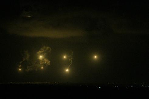 פצצות תאורה וארטליריה על גבול עזה, בליל שבת (צילום: עידו ארז) (צילום: עידו ארז)