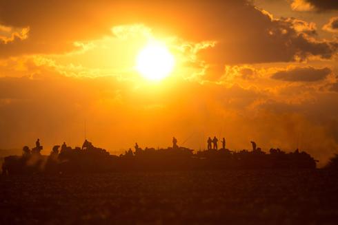 """לקראת הרחבת הפעולה? חיילי צה""""ל מחוץ לרצועת עזה (צילום: AFP) (צילום: AFP)"""