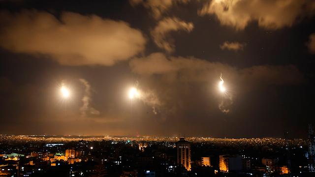 פצצות תאורה מעל עזה (צילום: AP) (צילום: AP)