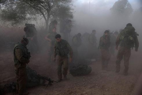 חיילים מתארגנים מחוץ לרצועת עזה (צילום: רויטרס) (צילום: רויטרס)
