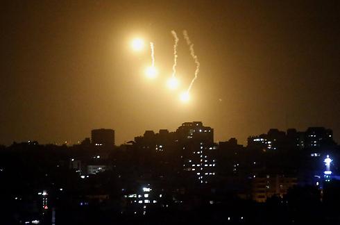 """פצצות תאורה מלוות את הכניסה הקרקעית של צה""""ל ברצועה (צילום: AFP) (צילום: AFP)"""