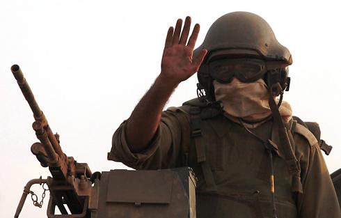 """חייל צה""""ל בכניסה לעזה (צילום: EPA) (צילום: EPA)"""