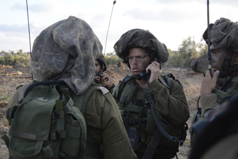 Paratrooper forces coordinating in the field (Photo: IDF Spokesperson)