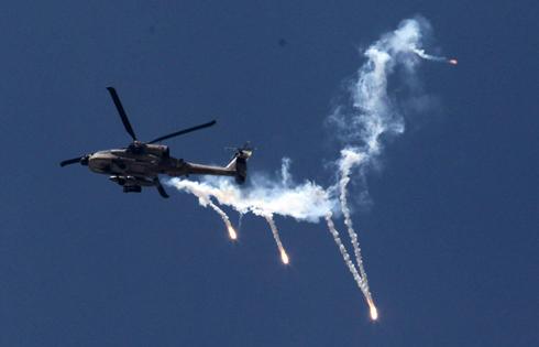 מסוק קרב מעל הרצועה (צילום:  EPA) (צילום:  EPA)