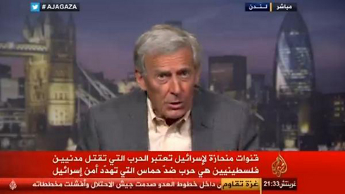 """כיתוב בתחתית המסך של אל-ג'זירה, תוקף במרומז ערוצים """"מצריים"""" ש""""אוהדים"""" את ישראל: """"ערוצים הנוטים לטובת ישראל סבורים כי המלחמה שבה נרצחים אזרחים פלסטינים היא מלחמה נגד חמאס שמאיימת על ביטחון ישראל"""""""
