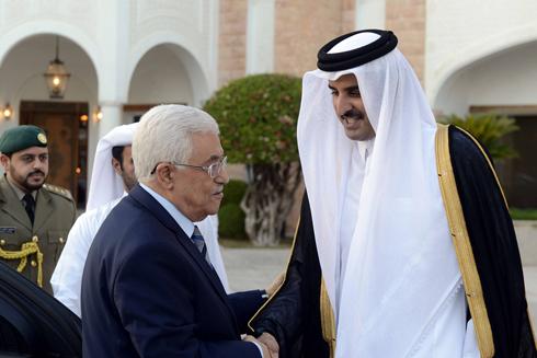 השייח תמים לוחץ את ידו של אבו מאזן (צילום: AFP)
