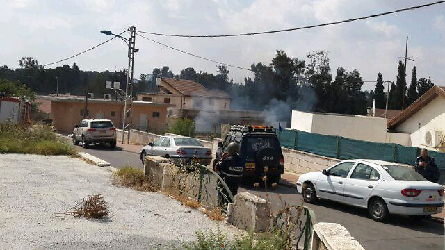 משחירים את ישראל בשיטתיות. נפילת רקטה בחצר בית בשדרות (צילום: אביאל מגנזי)
